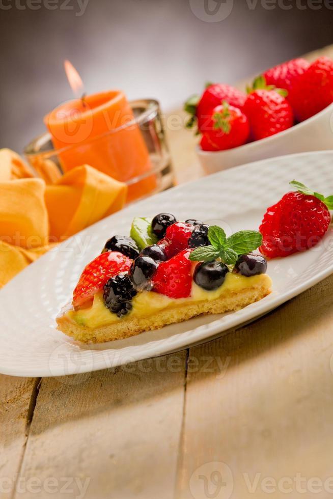 taart met kaars en aardbeien foto