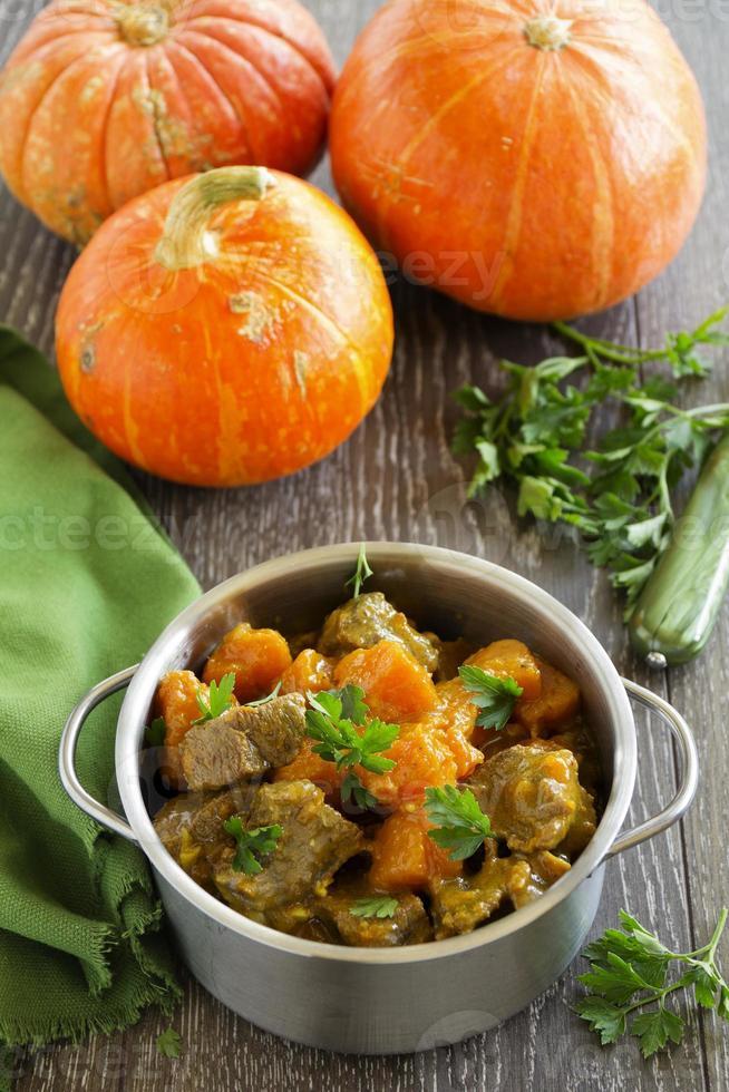gele curry met pompoen en varkensvlees. foto