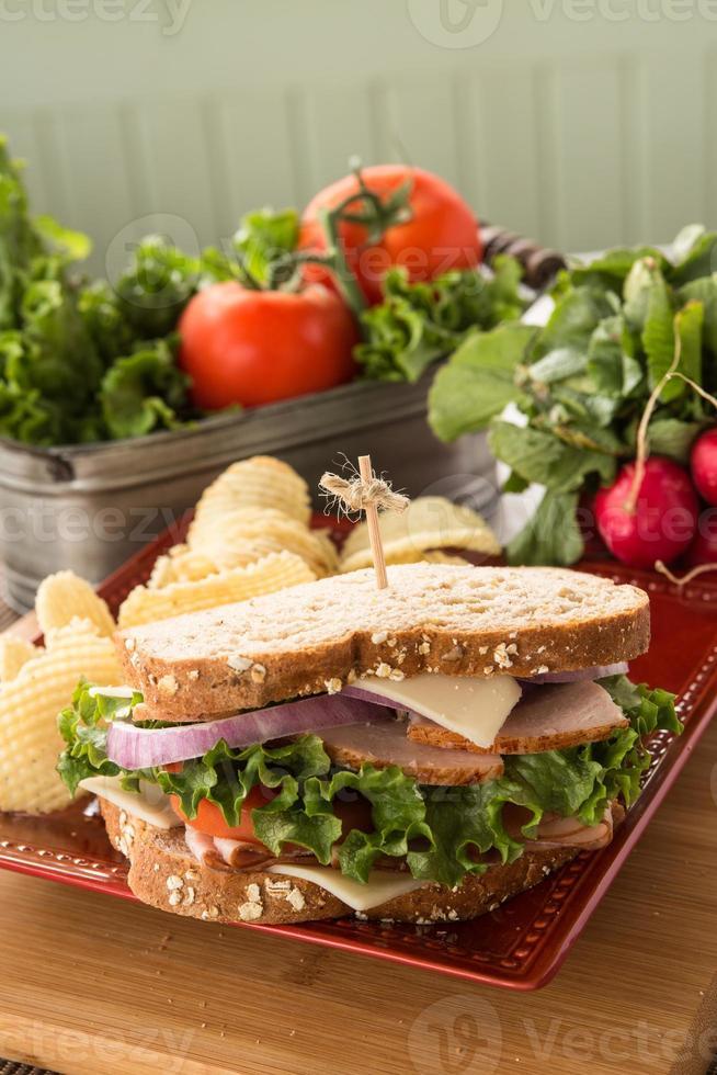 sandwich voor lunch met ham kalkoen Zwitserse kaas foto