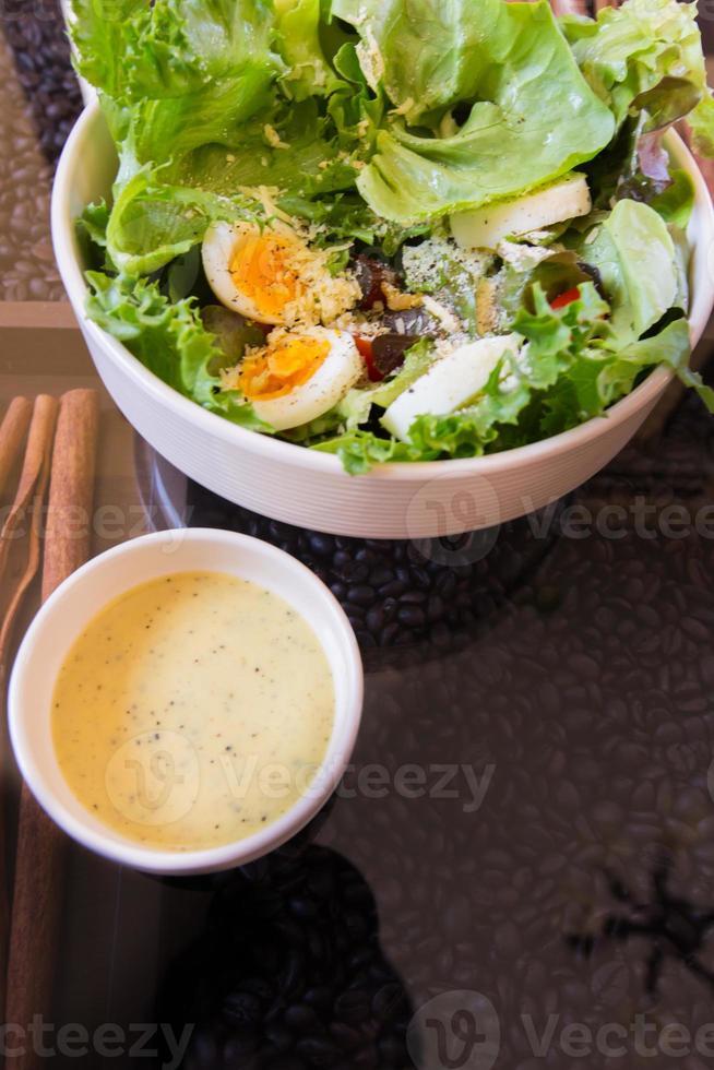 tonijn en verse groentesalade met gekookt ei foto