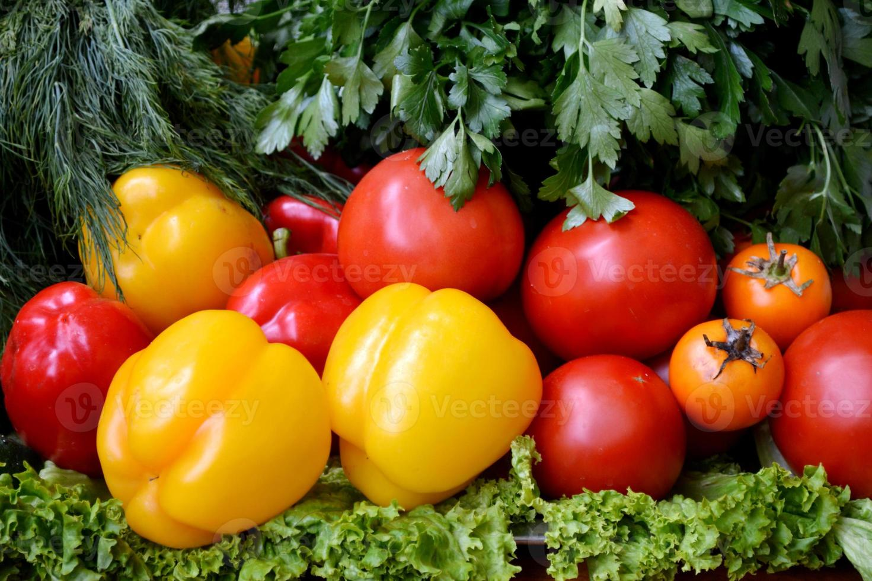 verschillende groenten - paprika's, komkommers, tomaten en kruiden foto