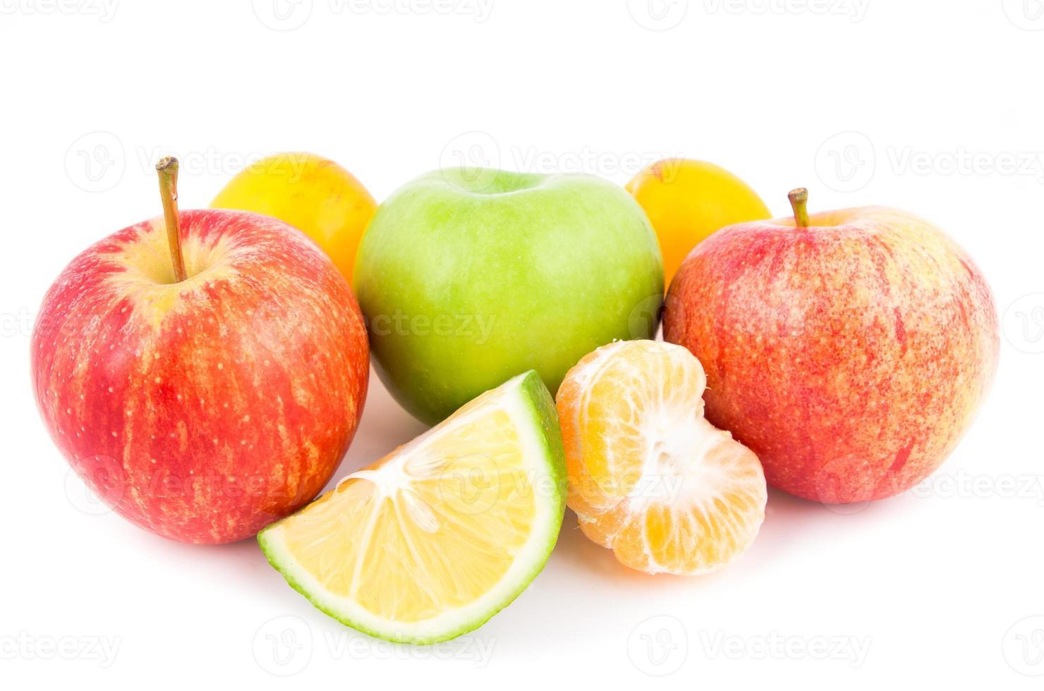 diverse vruchten op een witte achtergrond foto