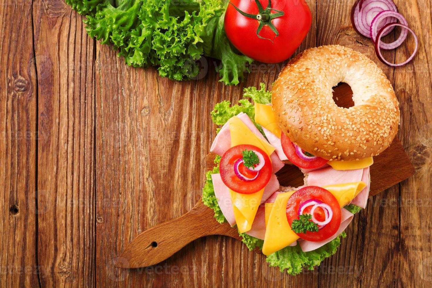 gezonde kalkoensandwich op een bagel foto