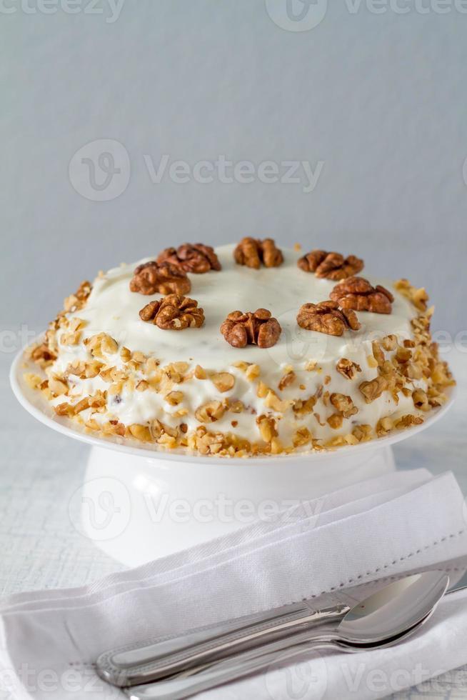 carrot cake met walnoten op caketribune met mes foto