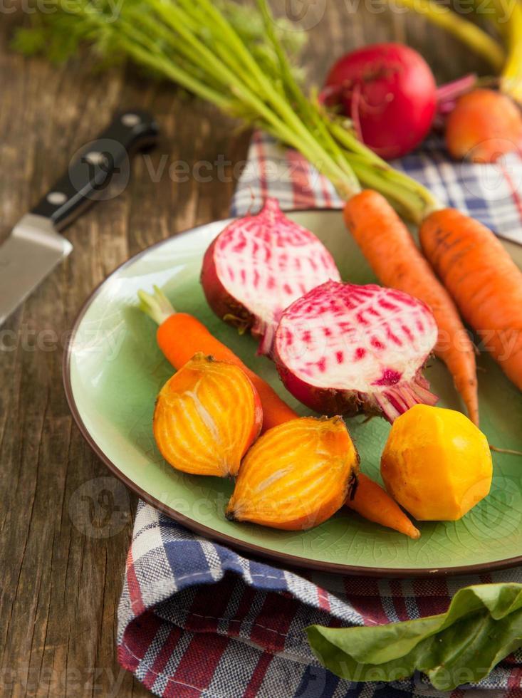 biologische wortelen en rode bieten. foto