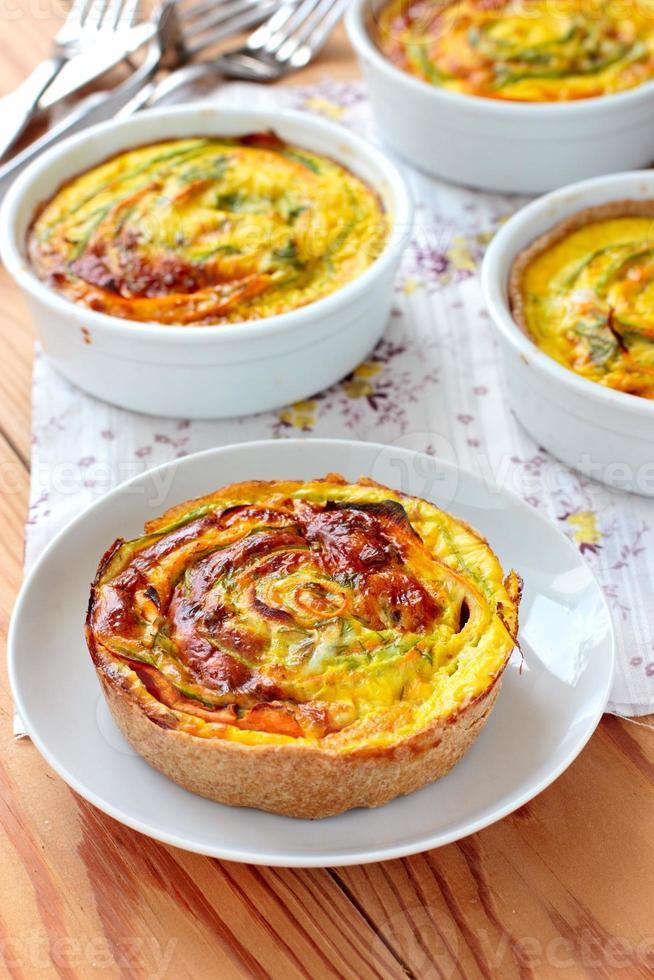 vegetarische tartalets met courgette en worteltjes foto