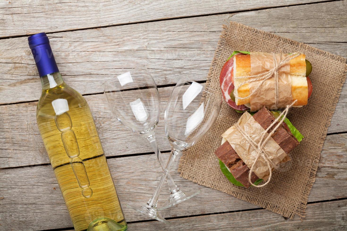 twee sandwiches en witte wijn foto