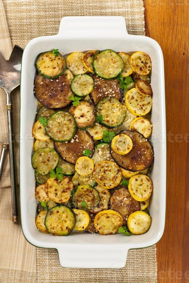 gebakken groenten met parmezaanse kaas foto