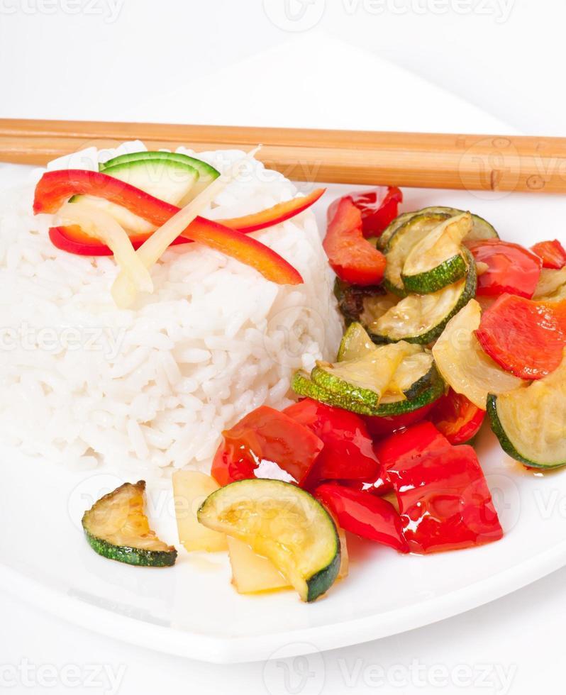 plaat van plantaardige gebakken rijst en chopstick. foto
