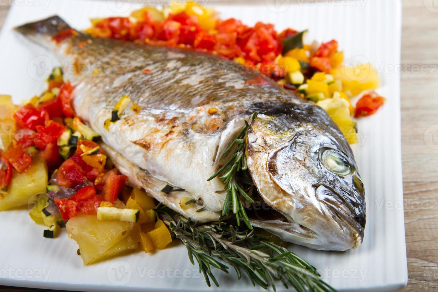 gebakken vis met groenten foto