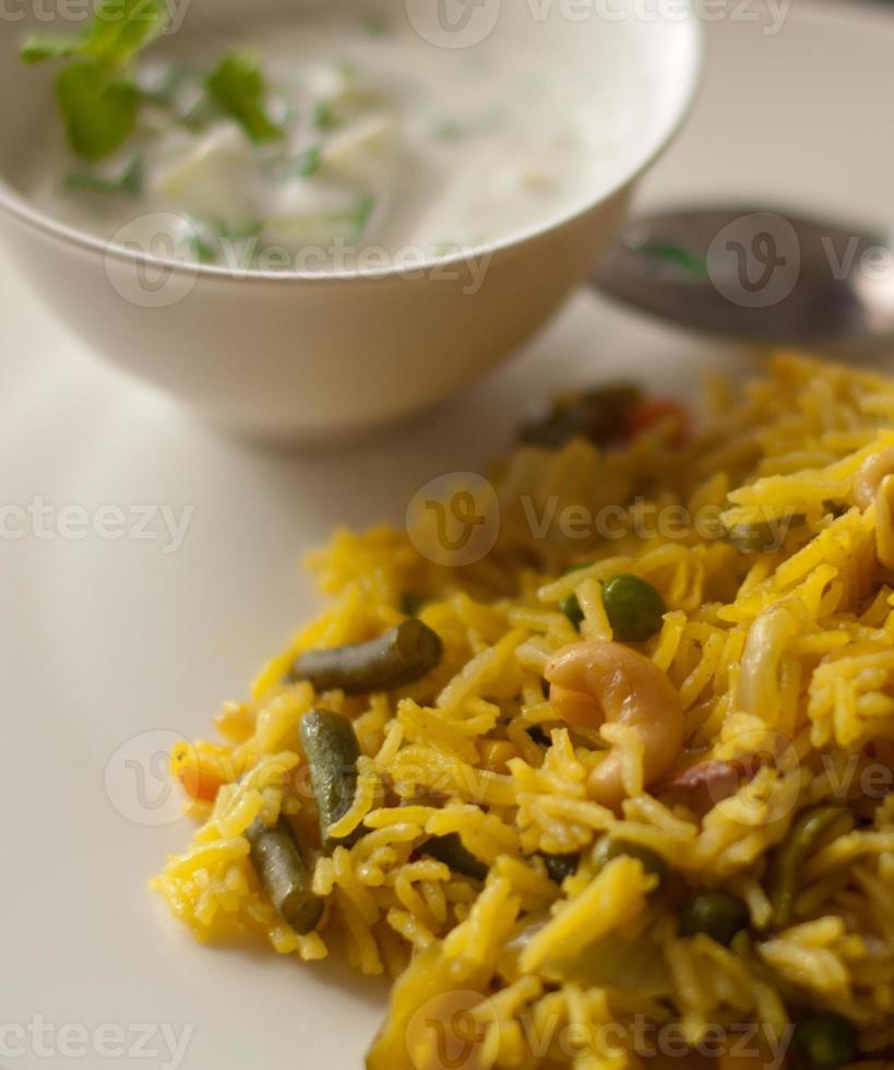Indiase groente pulav / pilaf met komkommer raita foto