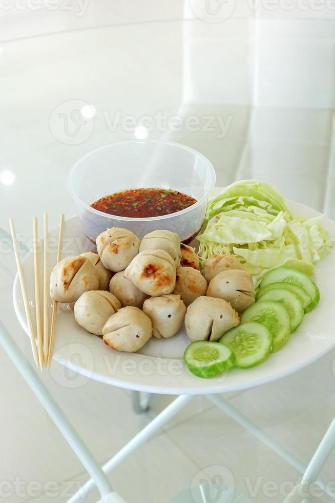gehaktbal met groenten en saus foto