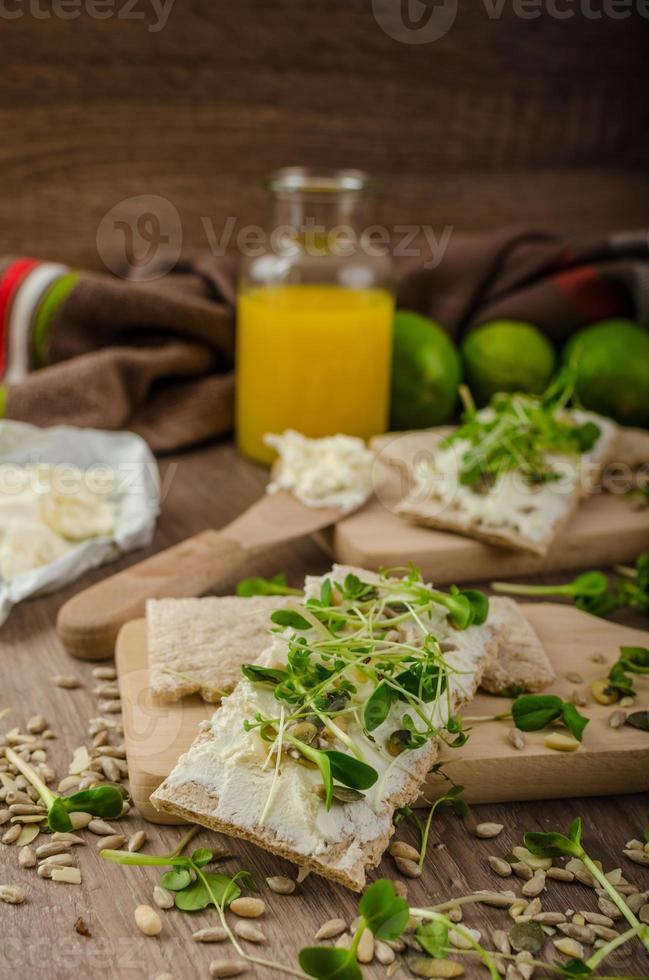 gezond ontbijt, knäckebröd met biologische roomkaas foto