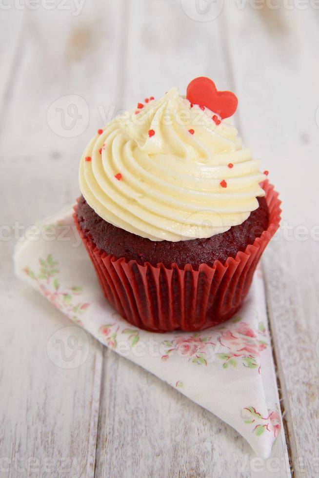 rood fluwelen cupcakes met rood hart erop foto