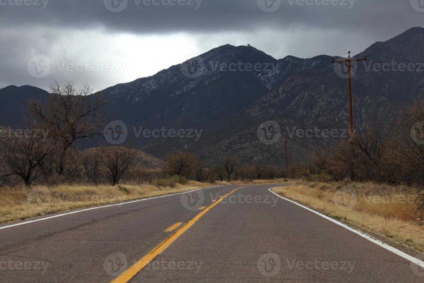 Arizona weg madera canyon bewolkte dag santa rita bergen foto