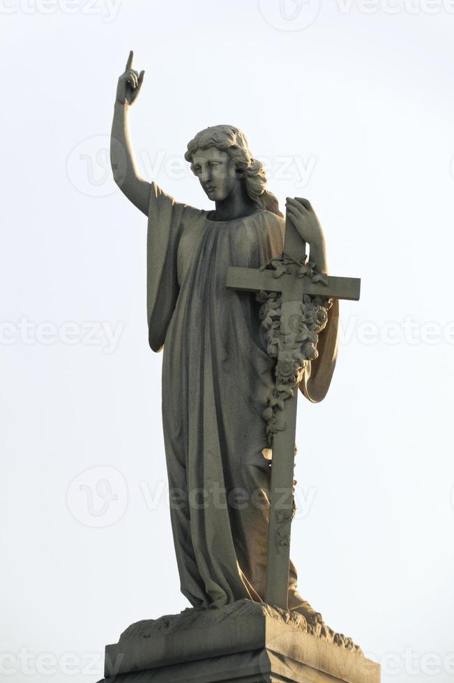 beeld van een engel met kruis foto