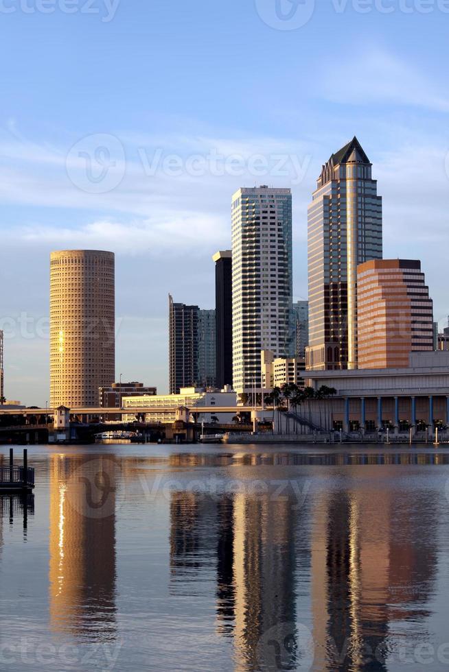 tampa skyline moderne architectuur in zonsondergang foto