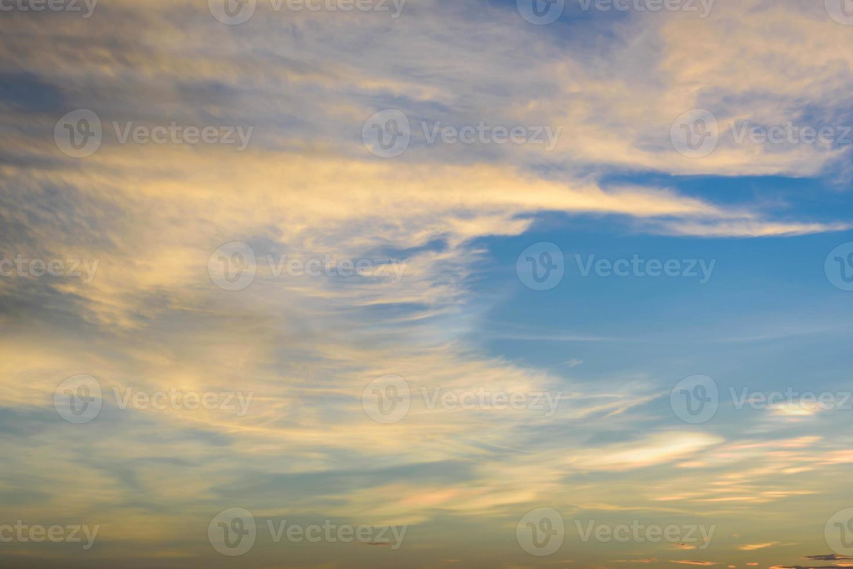 zon schijnt door de regenwolken foto