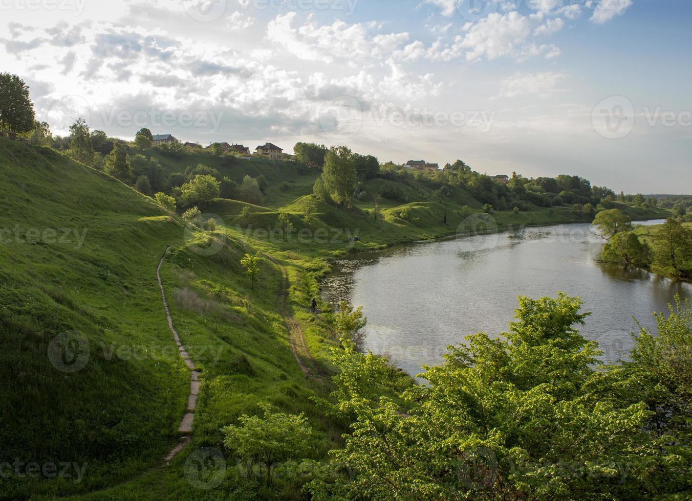 schilderachtig uitzicht op de rivier foto