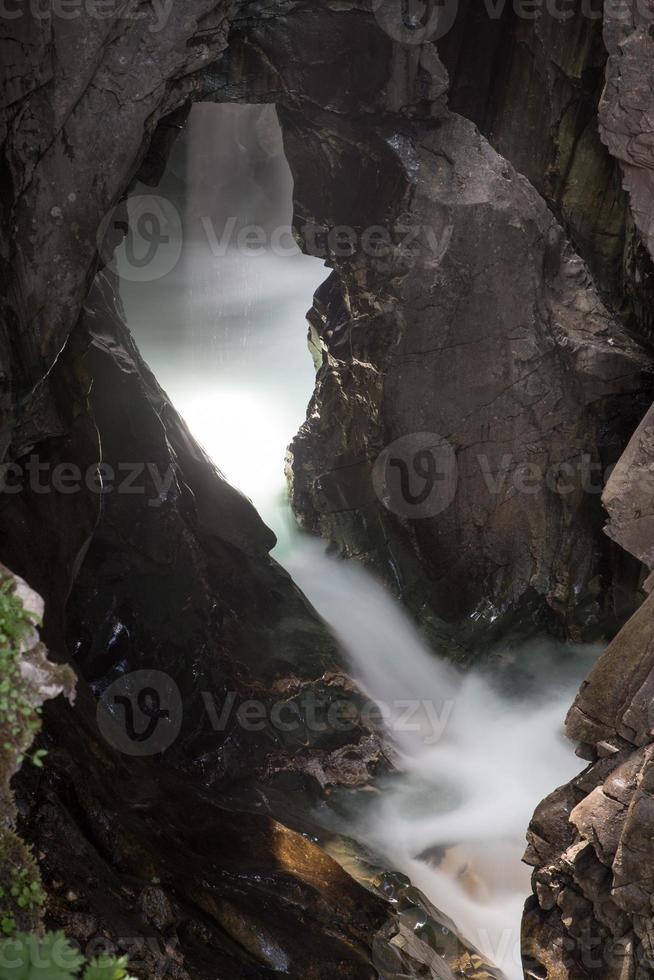 rivier stroomt door canyon foto