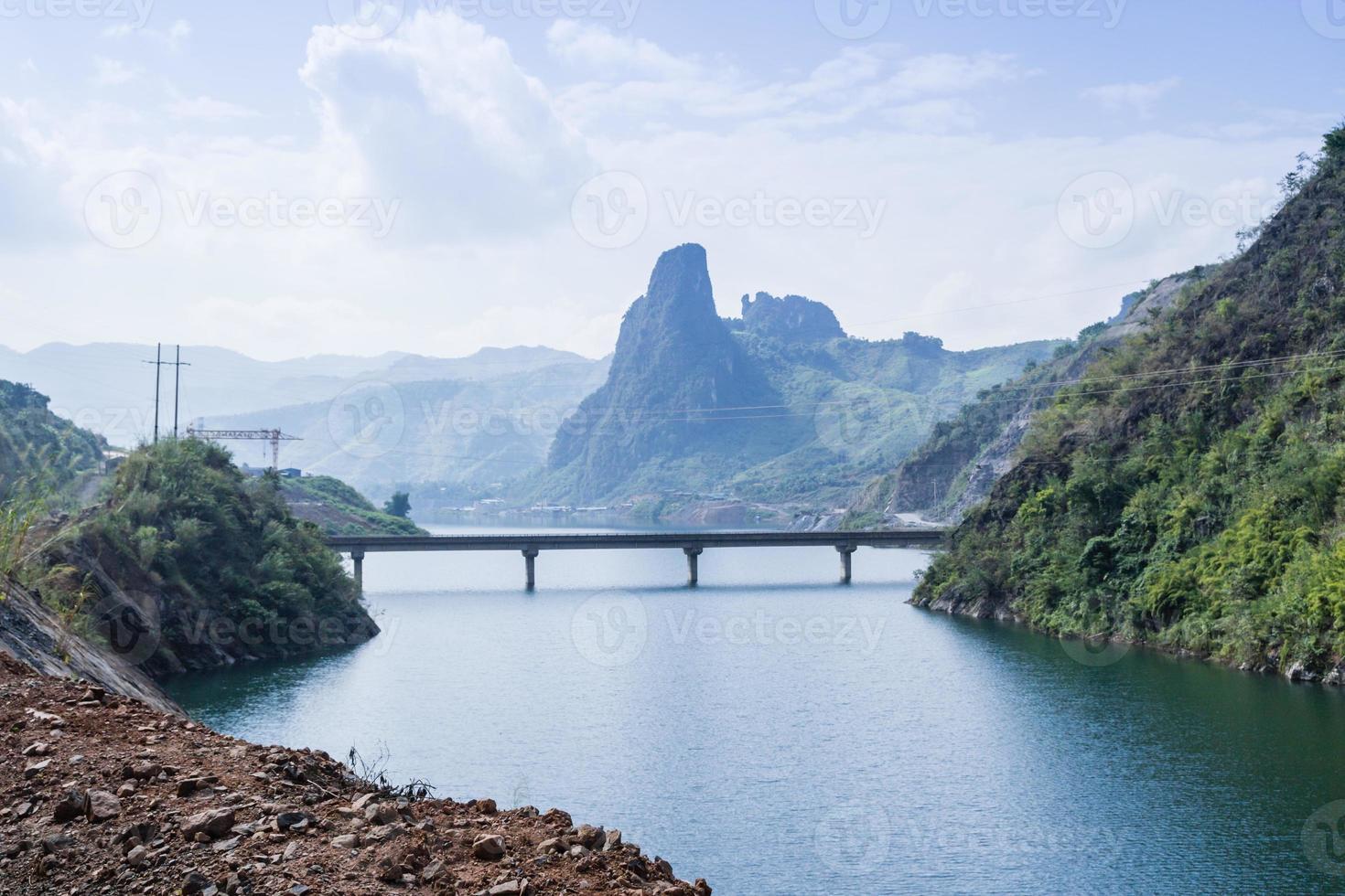 brug over de rivier foto