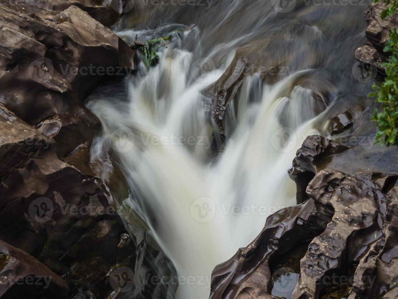 snelstromende rivier foto