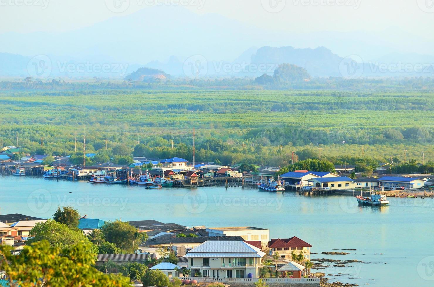 uitzicht punt surat thani op heuvel, thailand foto