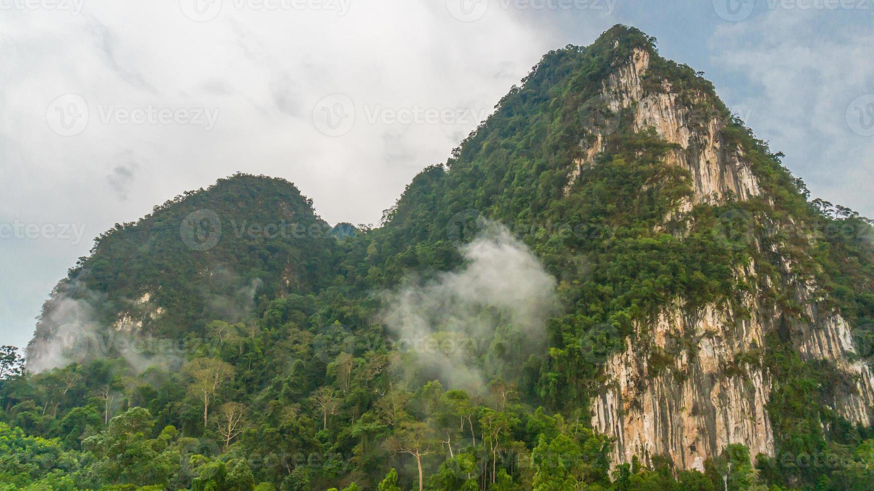 mooie hoge berg met hemelachtergrond foto