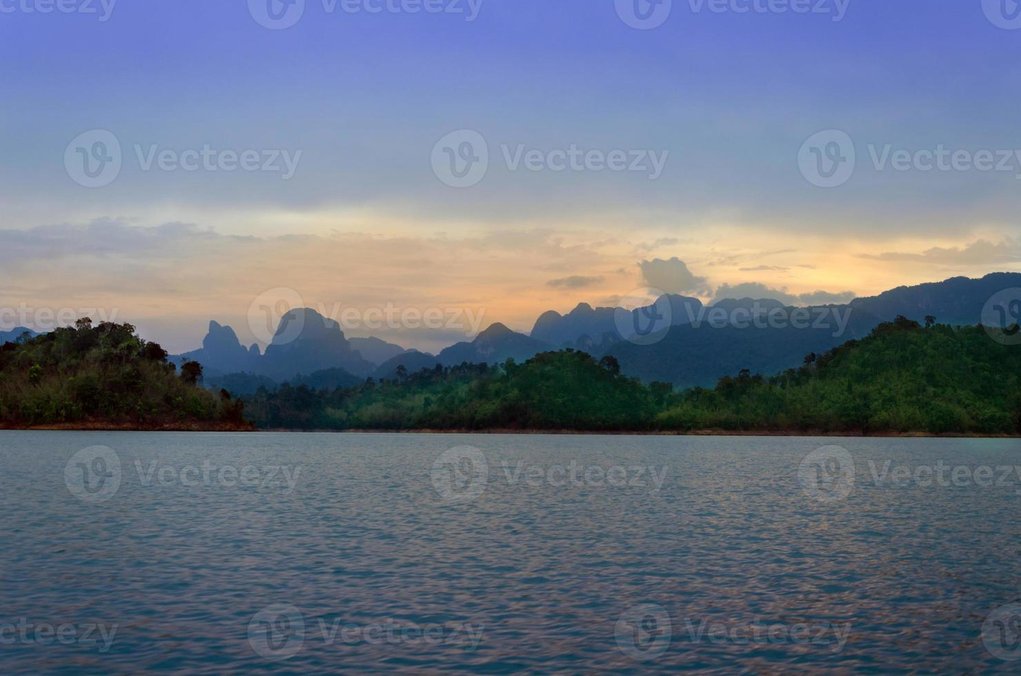 bergen en rivier natuurlijke attracties ratchaprapha dam, surat foto