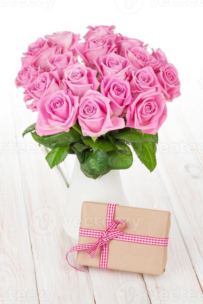 Valentijnsdag roze rozen boeket en geschenkdoos foto