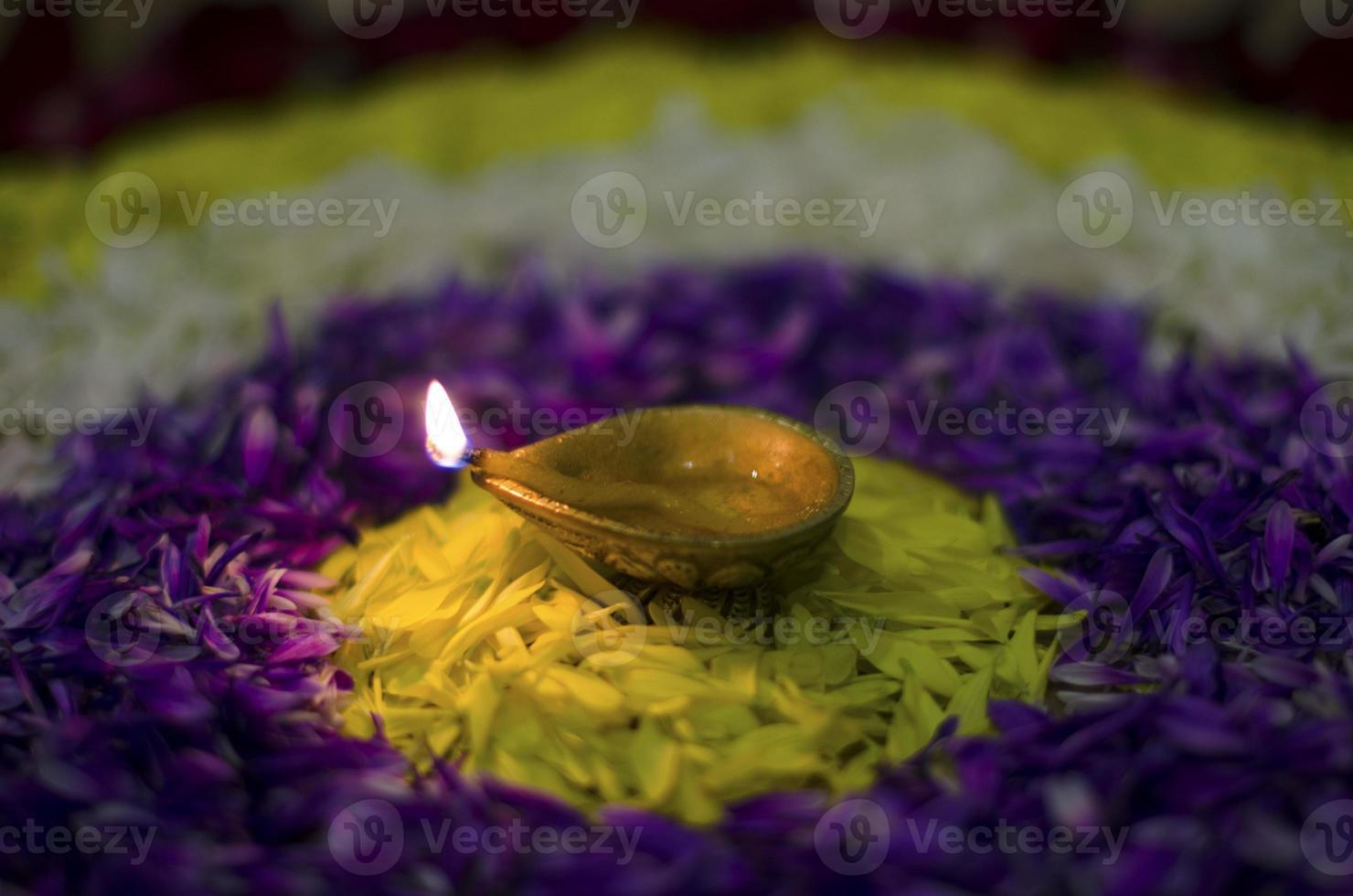 enkele diya op bloem rangoli foto
