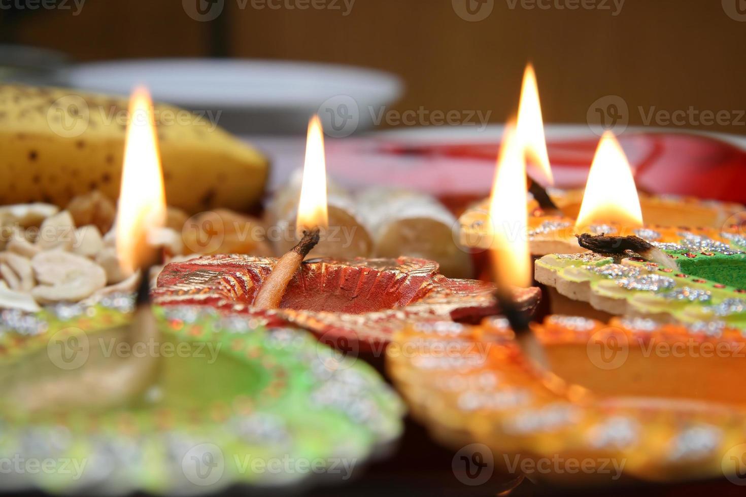 prachtig versierde diwali thali foto