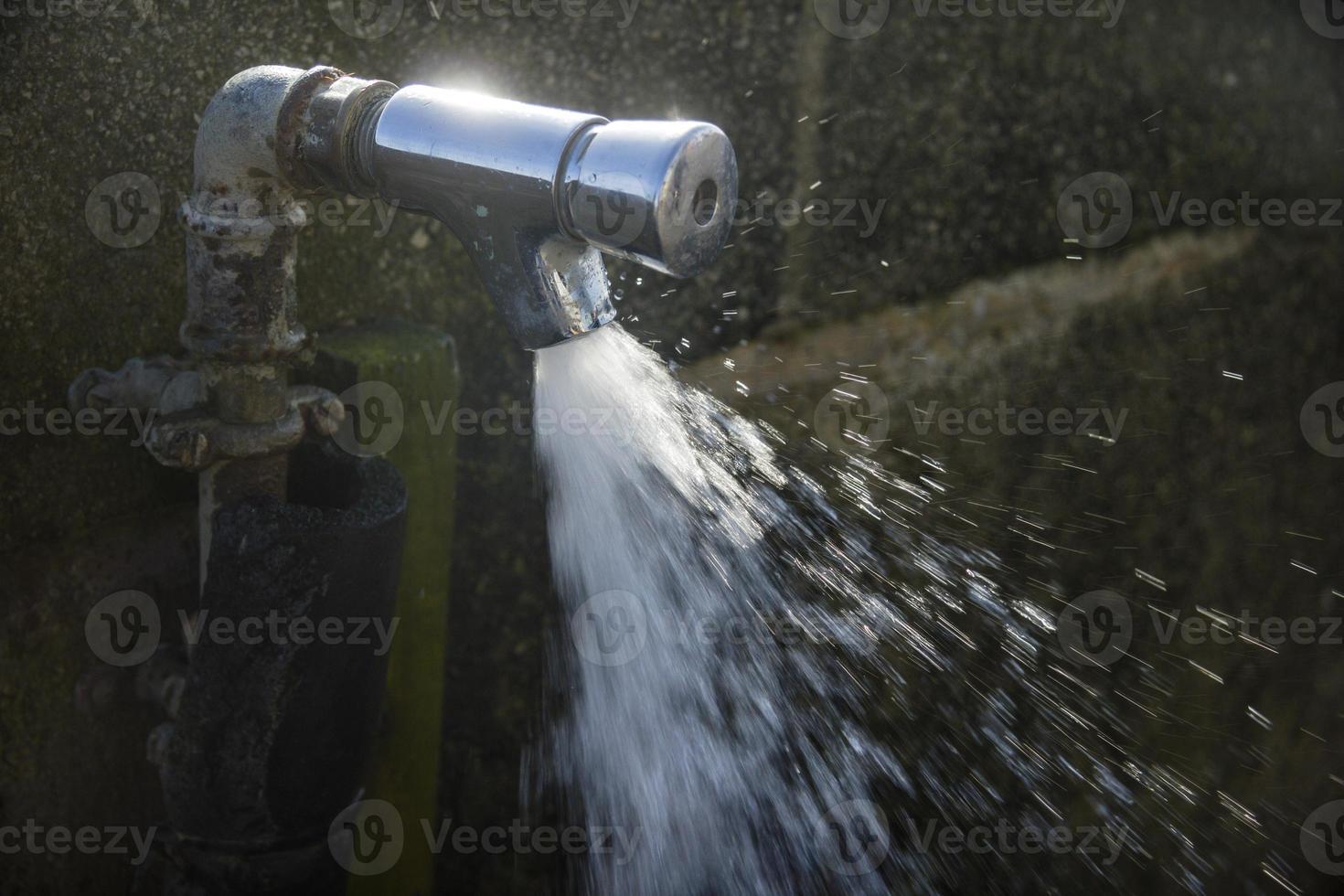 leidingwater in zonlicht foto