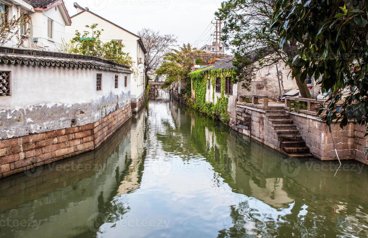 suzhou volkshuizen en grachten foto
