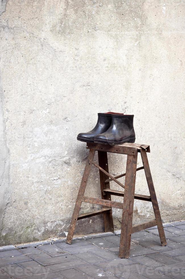 paar rubberen laarzen in het oude centrum van suzhou, china foto
