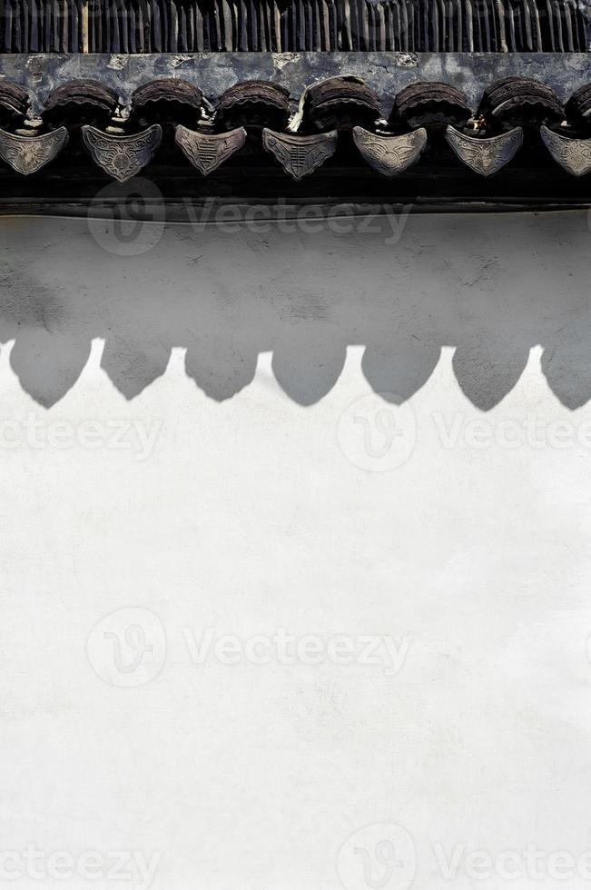 traditionele dakpannen en witte muur, suzhou, china foto