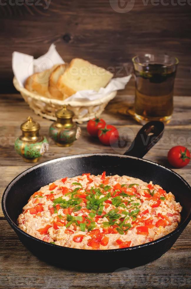 traditionele Turkse omelet menemen met tomaten foto