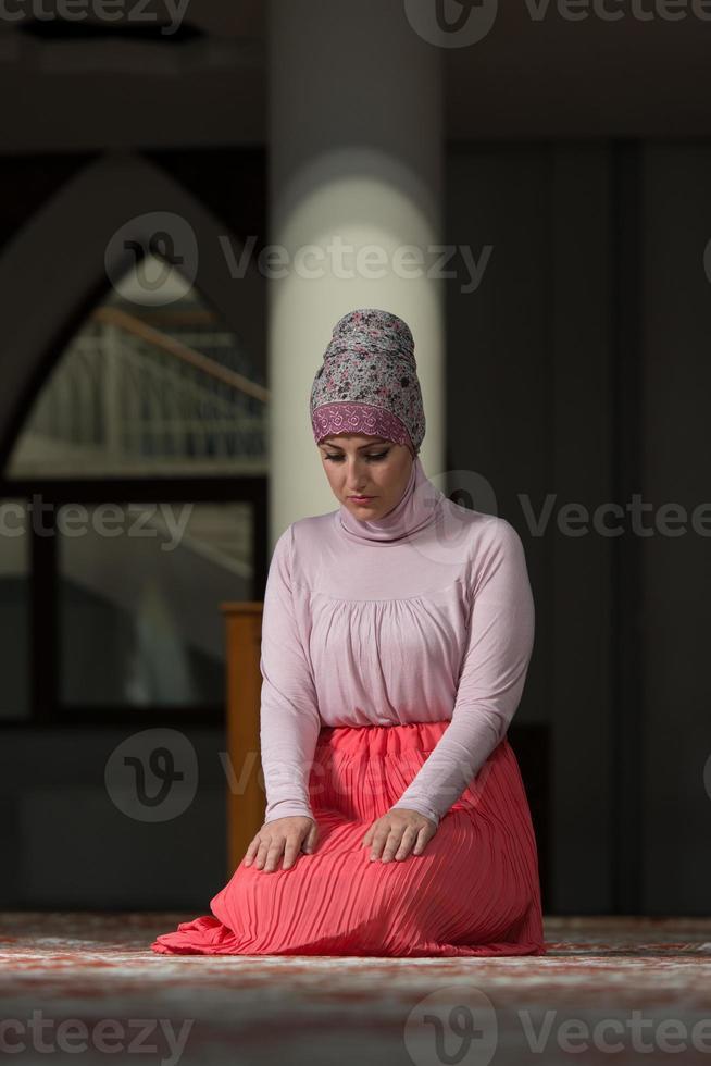 nederige moslim gebed vrouw foto