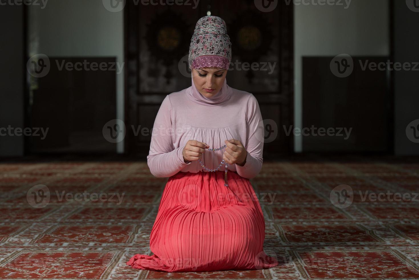 vrouw gebed in moskee foto