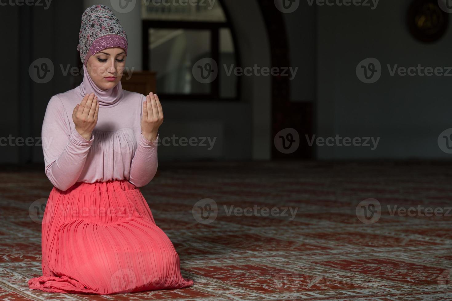 jonge moslimvrouw bidden foto