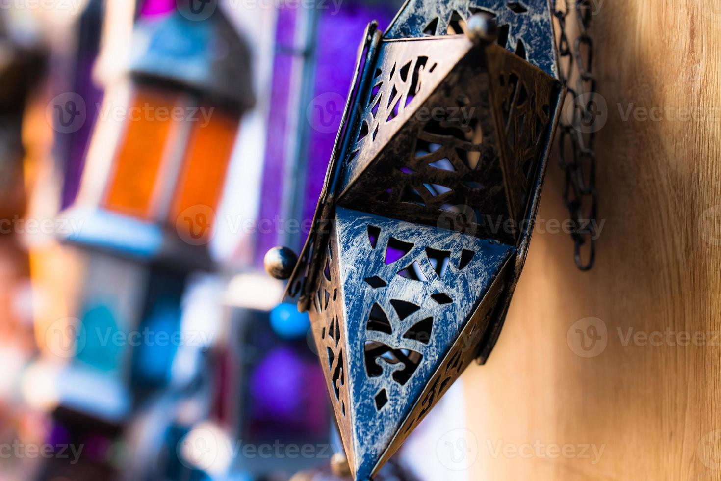 Marokkaanse glazen en metalen lantaarns lampen in souk van marrakesh foto