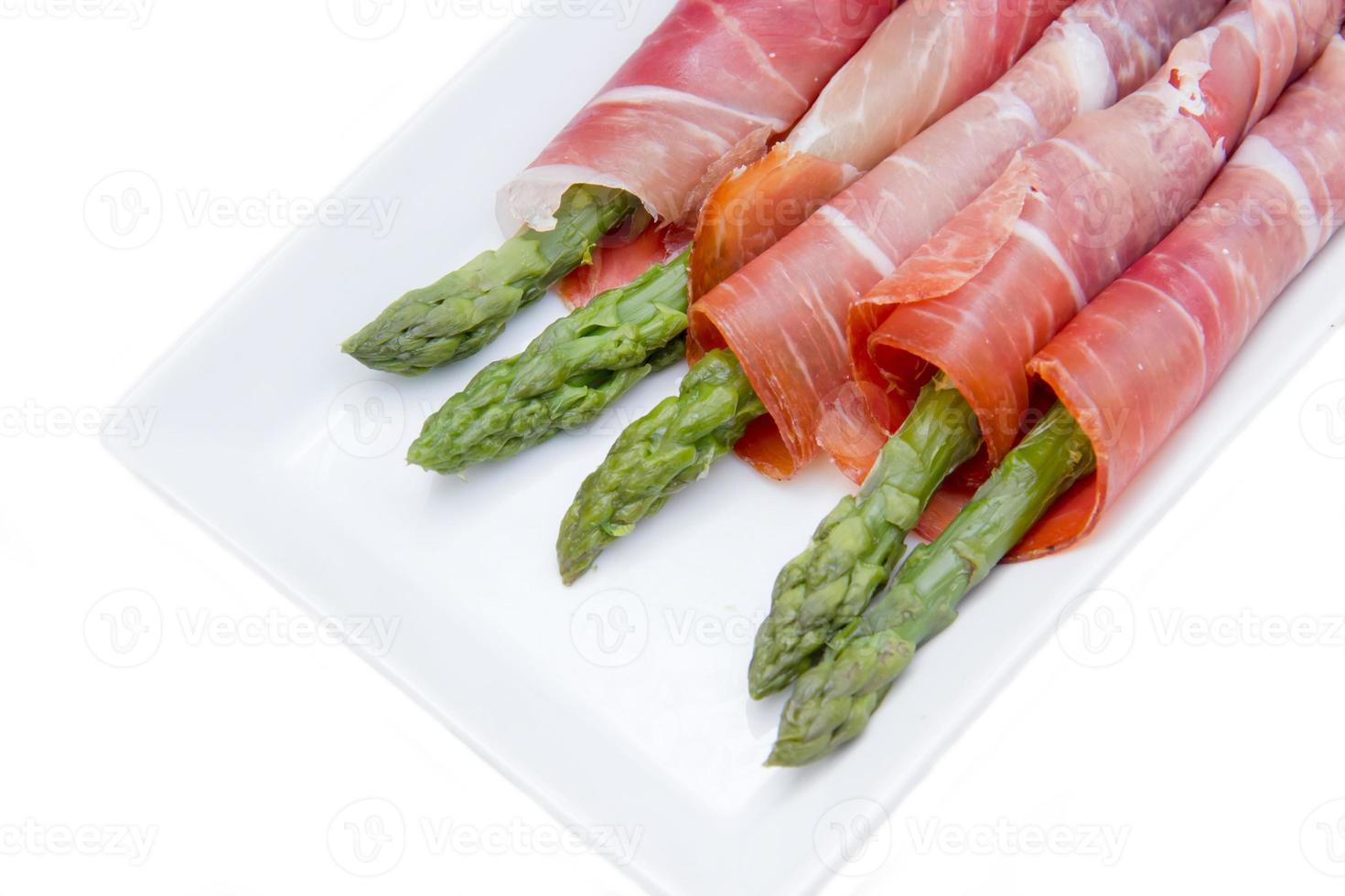 asperges en ham op lade sluiten foto