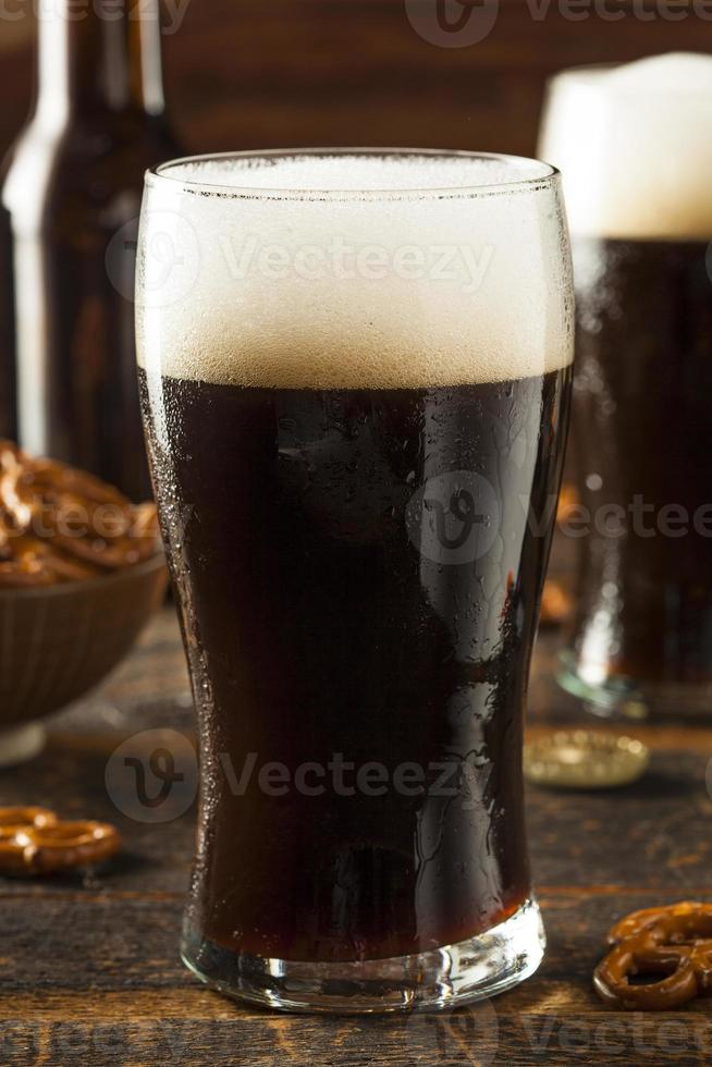verfrissend donker stout bier foto