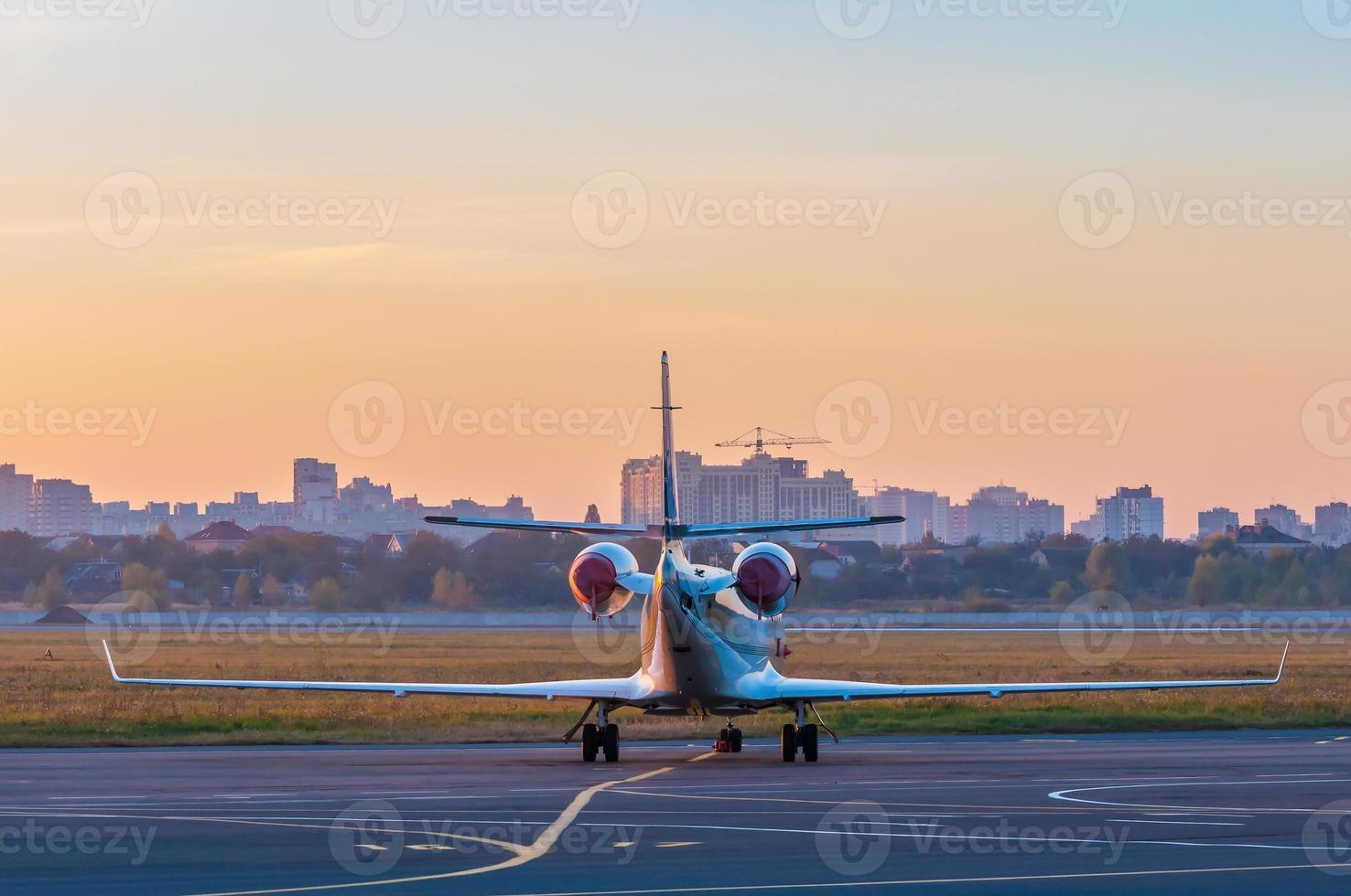 business jet op het platform voor vliegtuigen. het vliegtuig tegen foto