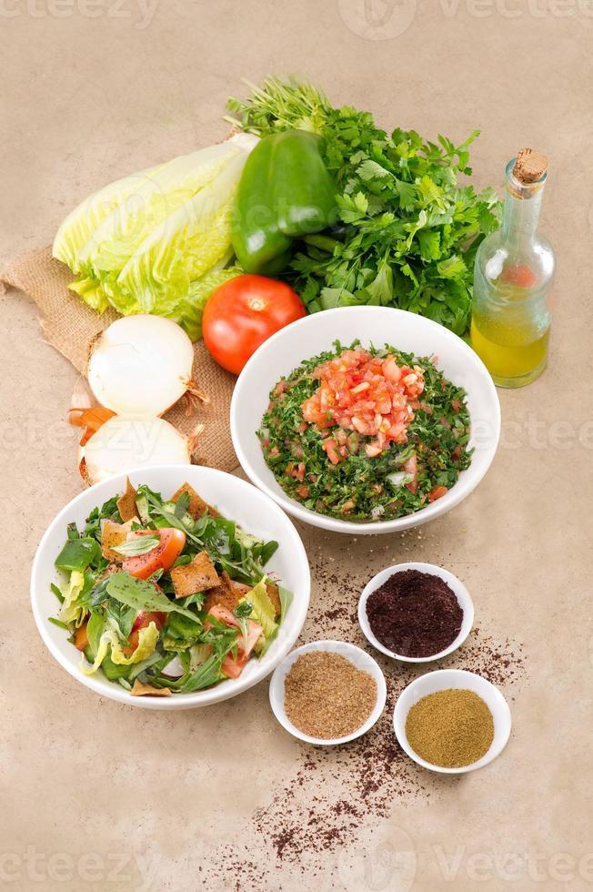 borden van traditionele Arabische salade fattouch en tabouleh foto