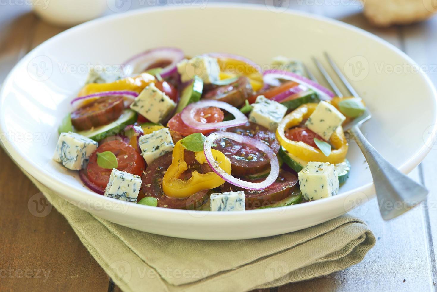 Griekse salade met blauwe kaas foto