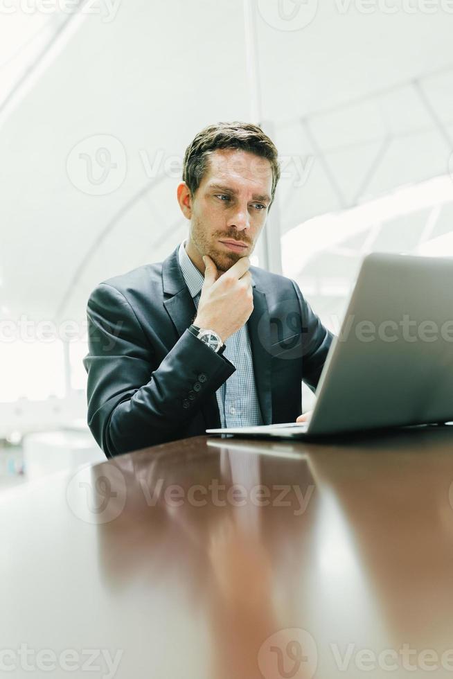 nadenkend zakenman foto