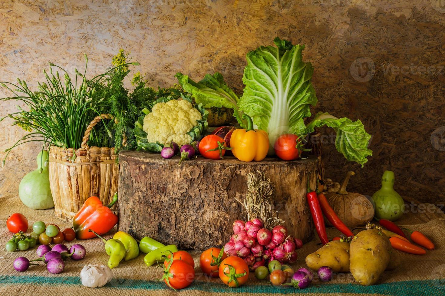 stilleven groenten, kruiden en fruit. foto