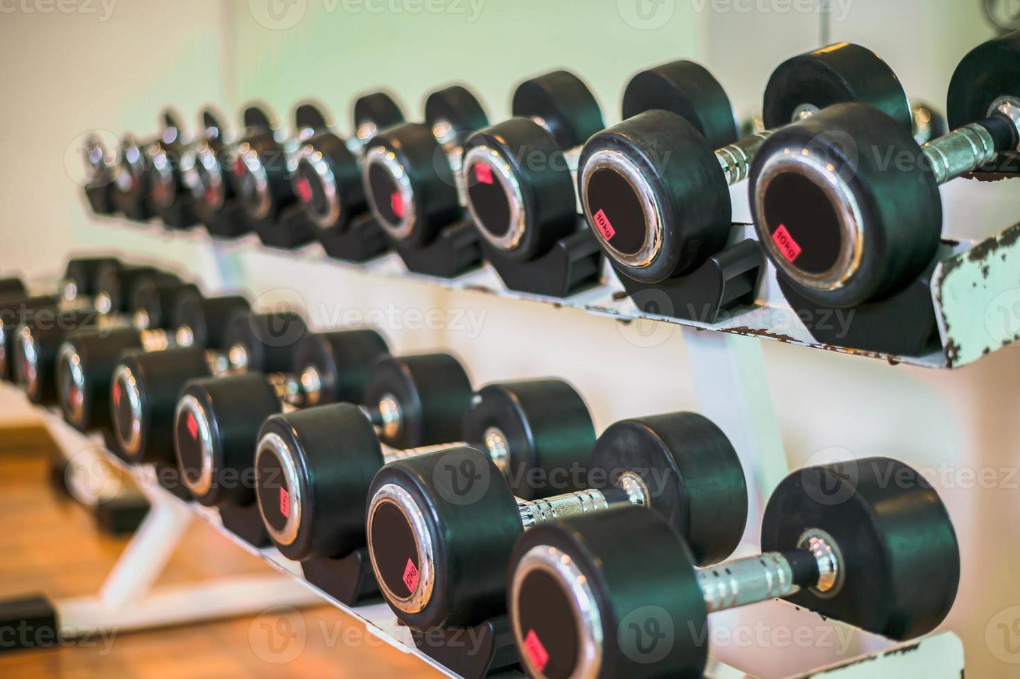 rijen met halters in de sportschool foto
