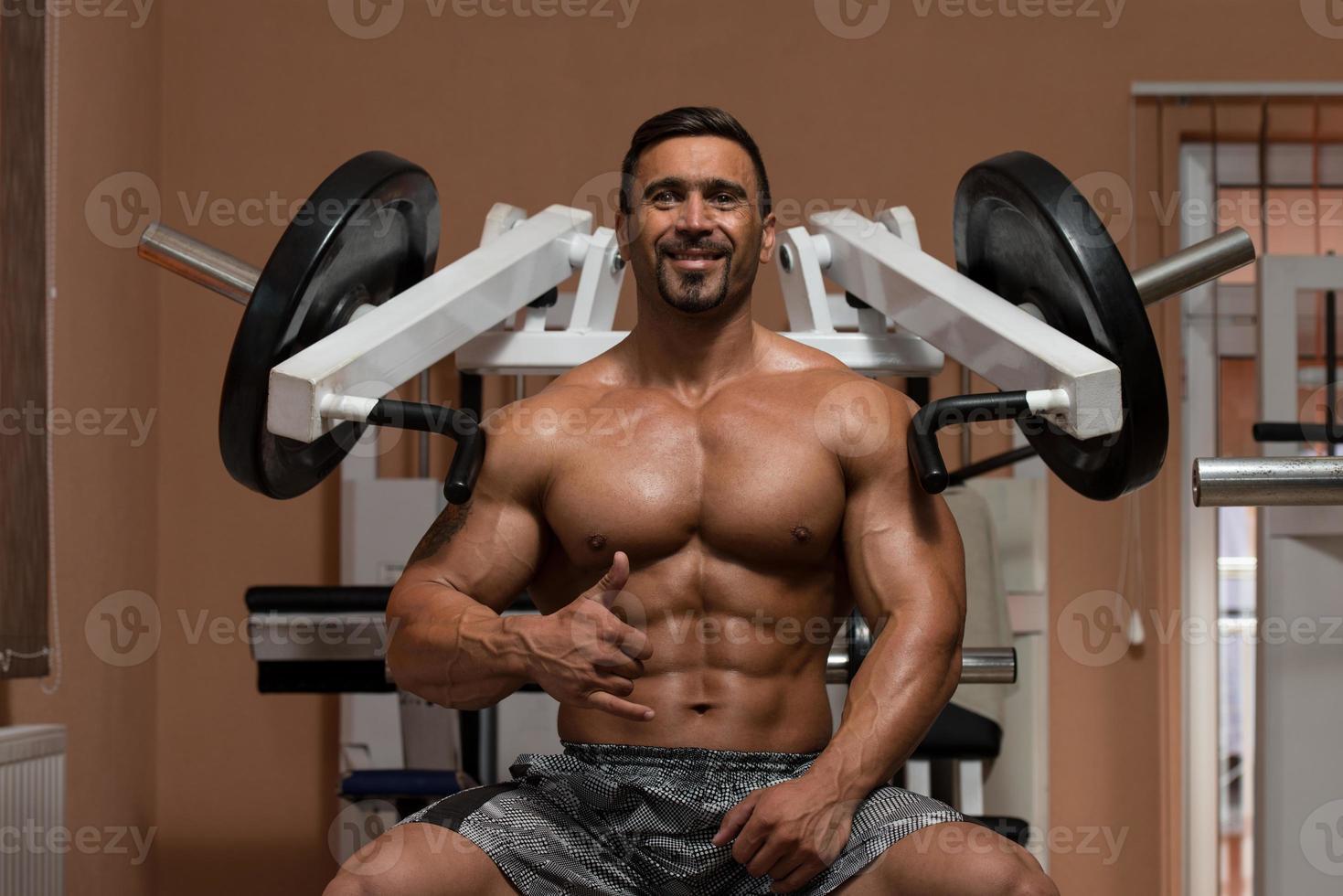 bodybuilder die oefening voor schouders doet foto